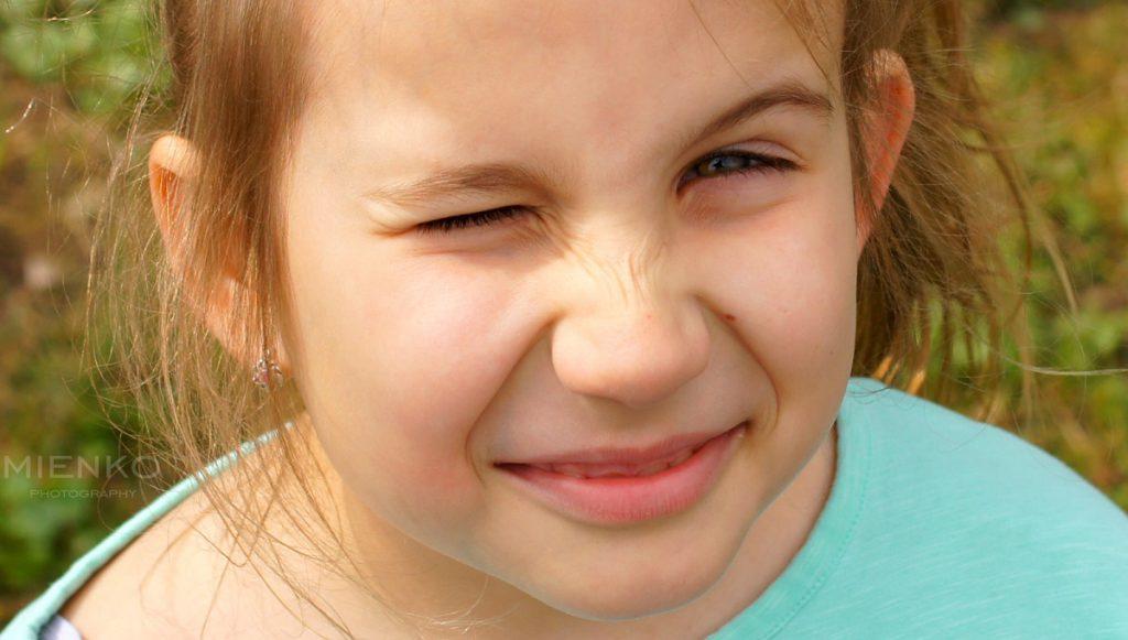 Zaczepny uśmiech dziewczynki