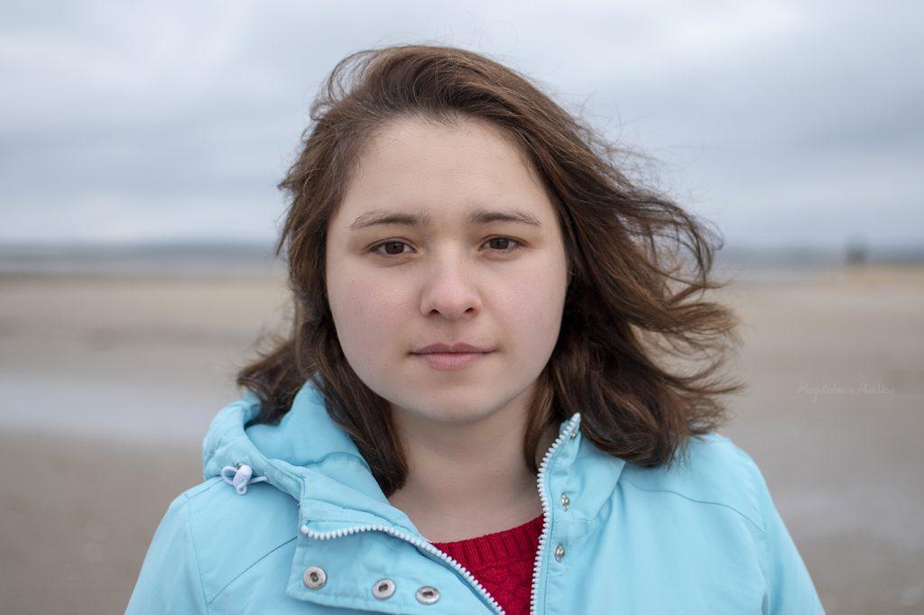Kobieca sesja nad brzegiem morza
