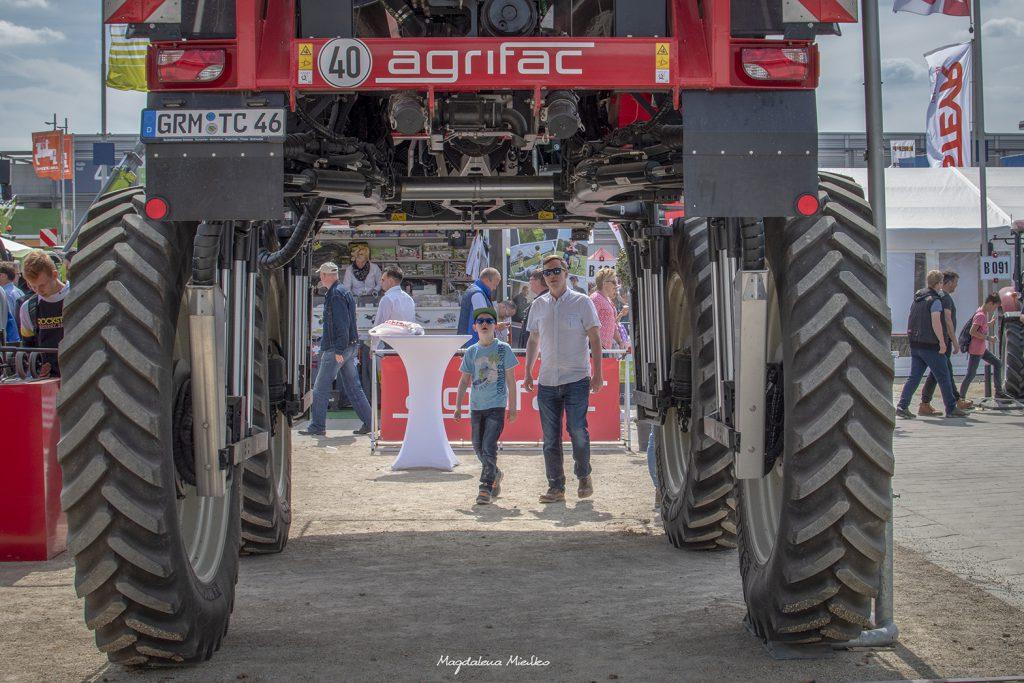 Pomiędzy kołami maszyny rolniczej