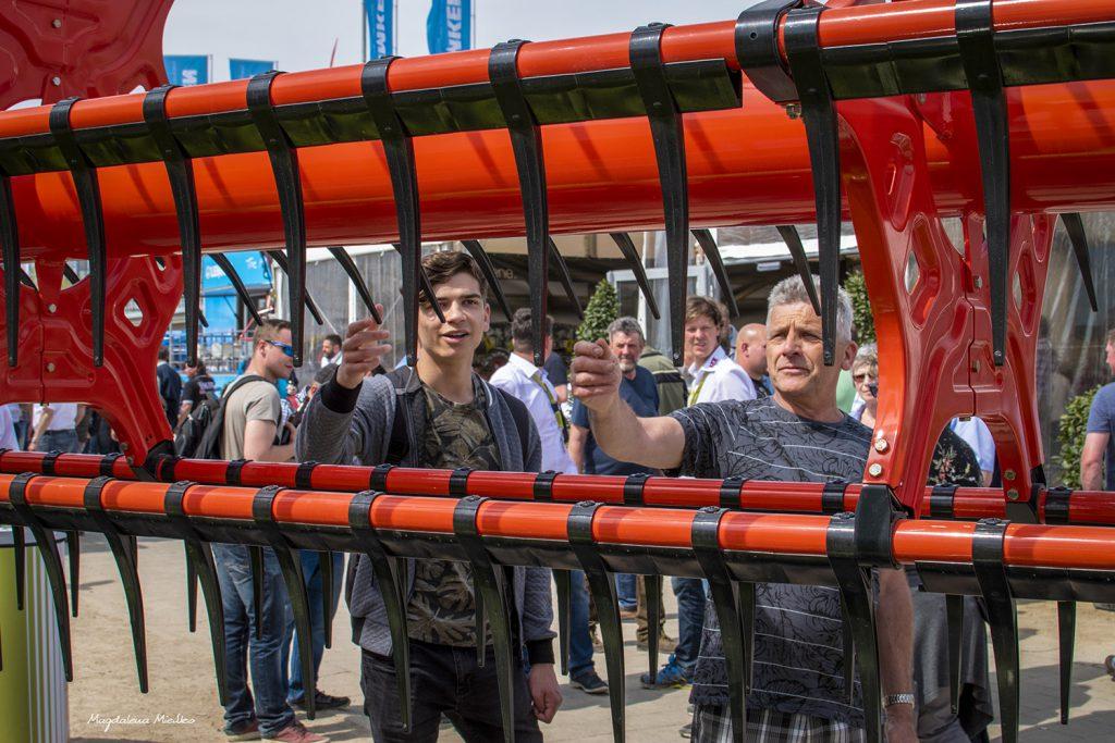 Odwiedzający wystawę maszyn rolniczych