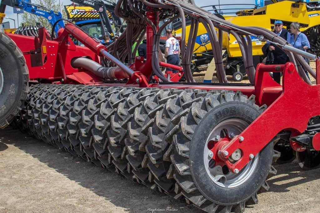 Czerwona maszyna do uprawy ziemi